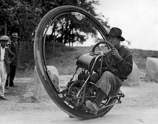 Klicken Sie auf die Grafik für eine größere Ansicht  Name:One_wheel_motorcycle_Goventosa.jpg Hits:2 Größe:230,5 KB ID:4650
